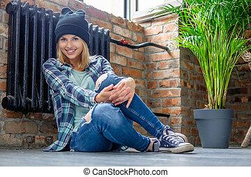 femme, jeans treillis, floor., poser, blonds
