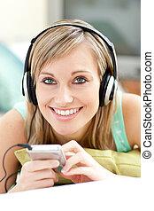 femme, jeune, écoute, musique, sofa, mensonge, charmer