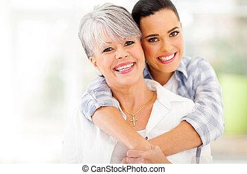 femme, jeune, étreindre, milieu, mère, vieilli