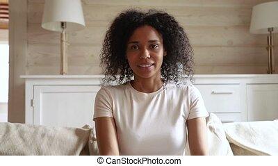femme, jeune, appeler, regarder, conversation, appareil photo, vidéo, africaine, sourire