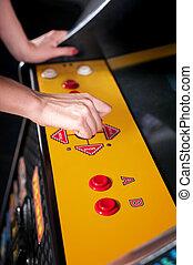 femme, jeune, arcade, jouer