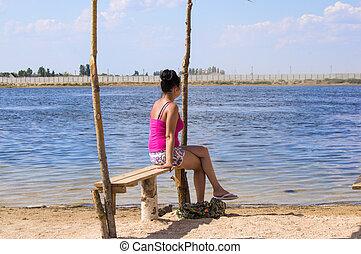 femme, jeune, banc, regarder, mer, assis, dehors