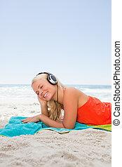 femme, jeune, bas, quoique, musique écouter, blond, mensonge
