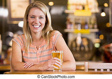 femme, jeune, bière, barre, apprécier