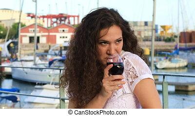 femme, jeune, boire, agréable, vin rouge