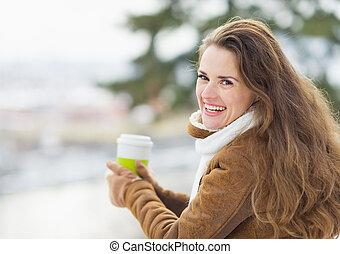 femme, jeune, boisson chaude, portrait, heureux