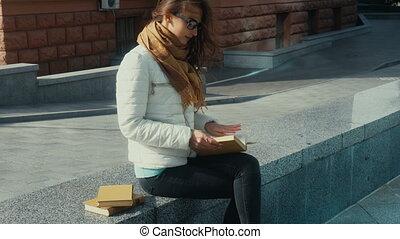femme, jeune, brunette, lecture, agréable, livre