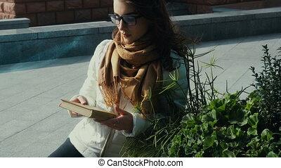 femme, jeune, brunette, lecture, cutie, livre, lunettes