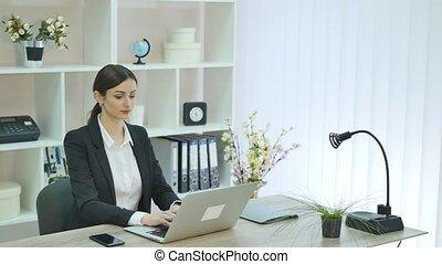 femme, jeune, bureau