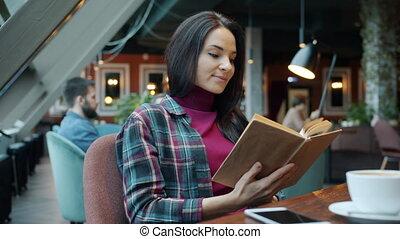 femme, jeune, café, apprécier, table, lecture, séance, littérature, intelligent, livre