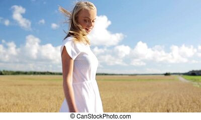femme, jeune, champ, céréale, sourire, robe, blanc
