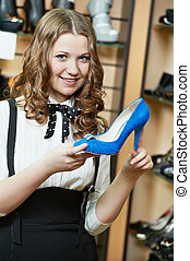 femme, jeune, choisir, complet, magasin, vêtements