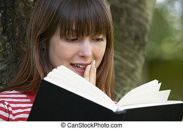 femme, jeune, choqué, roman, dehors, lecture