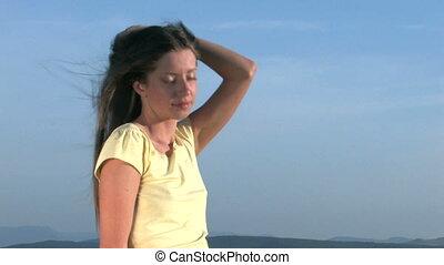femme, jeune, coucher soleil