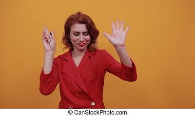 femme, jeune, directement, huit, regarder, projection, doigts, charmer, caucasien