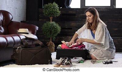 femme, jeune, entiers, valise, fermer, vêtements