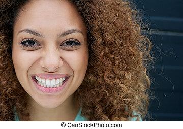 femme, jeune, faire face portrait, sourire, expression, heureux