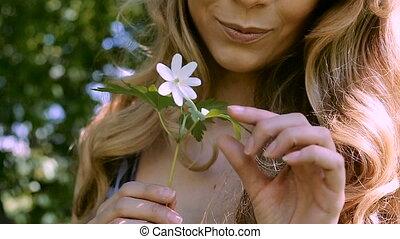 femme, jeune, fleur, sentir
