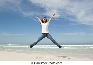 femme, jeune, gai, sauter, plage, heureux