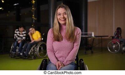 femme, jeune, handicapé, portrait, fauteuil roulant