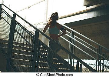 femme, jeune, haut, courant, seul, escalier
