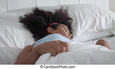 femme, jeune, haut, lit, réveiller, américain, joli, africaine