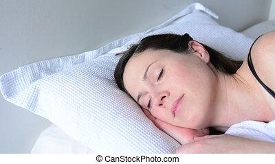 femme, jeune, haut, lit, réveiller, heureux