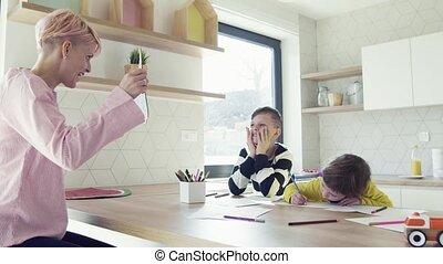 femme, jeune, kitchen., enfants, deux, dessin