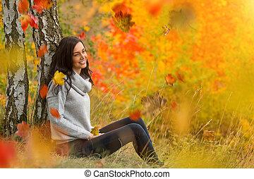 femme, jeune, leaves., automne, portrait, tomber