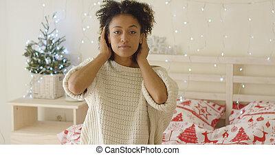 femme, jeune, lit, cheveux, adusting, calme