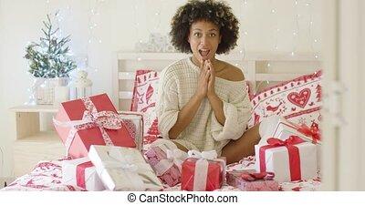 femme, jeune, lit, excité, dons, entiers, noël