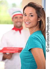 femme, jeune, livraison, pizzas, apporter, homme