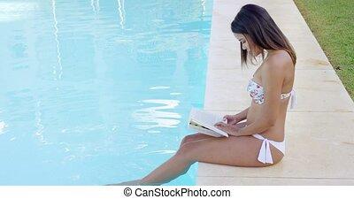 femme, jeune, livre, lecture, piscine, natation