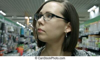 femme, jeune, magasin, visiter