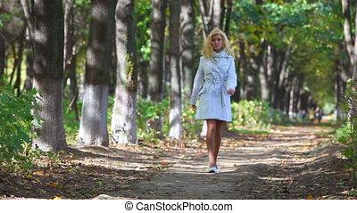 femme, jeune, marche