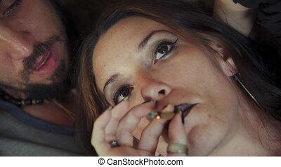 femme, jeune, marijuana, cigarette fumer, maison, petit ami
