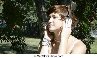 femme, jeune, musique écouter