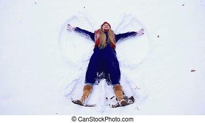 femme, jeune, neige, amusement, avoir, heureux