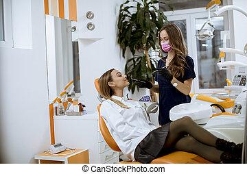 femme, jeune, oral, vérification, bureau, patinet, dentiste