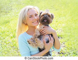 femme, jeune, parc, chien, yorkshire, propriétaire, portrait, terrier, heureux