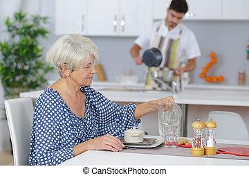 femme, jeune, personnes agées, gai, servir, petit déjeuner, homme