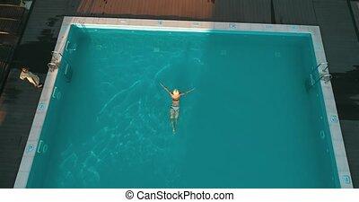 femme, jeune, piscine, natation