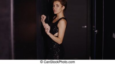 femme, jeune, poser, robe noire, sensuelles