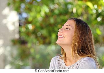 femme, jeune, profond, souffle, exercices, sourire heureux