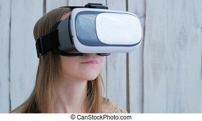 femme, jeune, réalité virtuelle, utilisation, lunettes