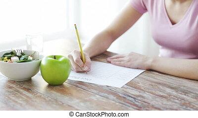 femme, jeune, régime, haut, plan, fin, maison, écriture