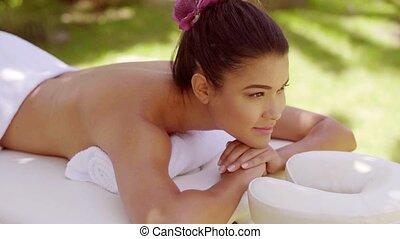 femme, jeune, rêveur, traitement, spa, apprécier