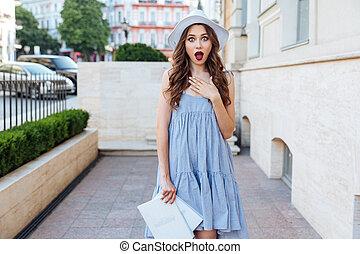 femme, jeune regarder, appareil photo, brunette, dehors, surpris