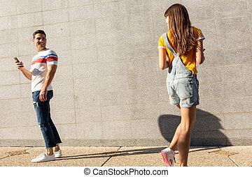 femme, jeune, rue, autour de, voir, homme, tourner