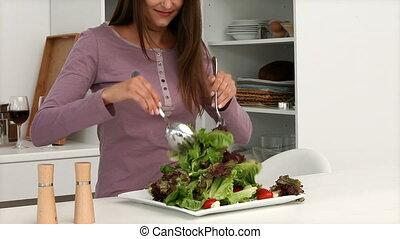 femme, jeune, salade, préparer